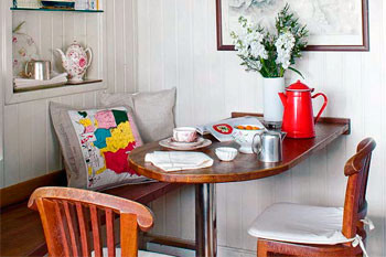 Выбираем обеденный стол для маленькой кухни