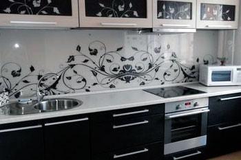 Почему стоит выбрать фартук из стекла на кухню?