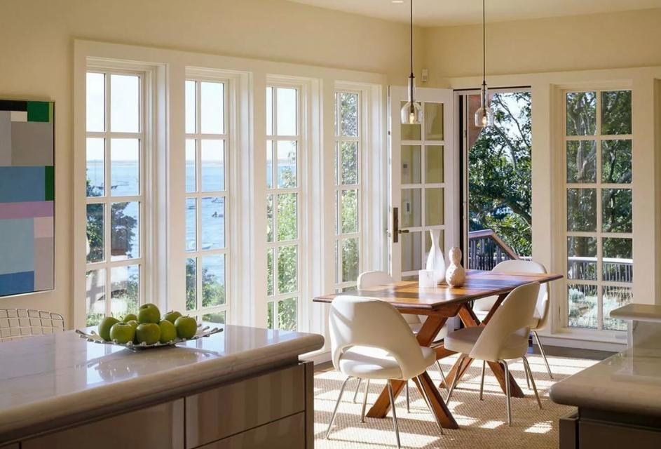 Дизайн и планировка кухонного гарнитура под окном в частном доме